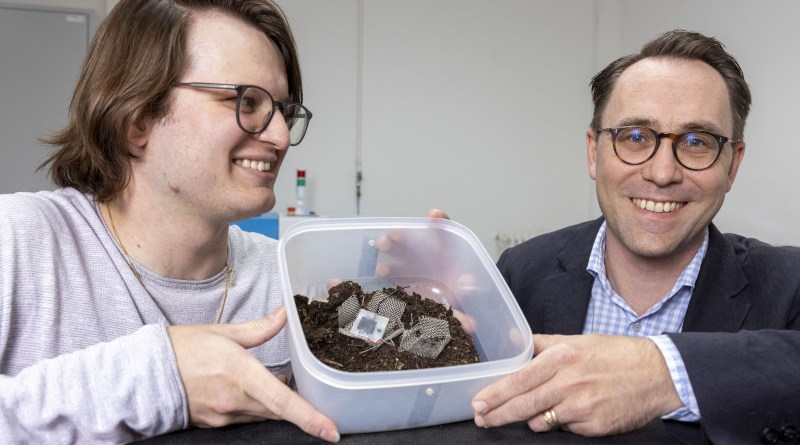 Xavier Aeby and Gustav Nyström invented a fully printed biodegradable battery made from cellulose and other non-toxic components. Image: Gian Vaitl / Empa