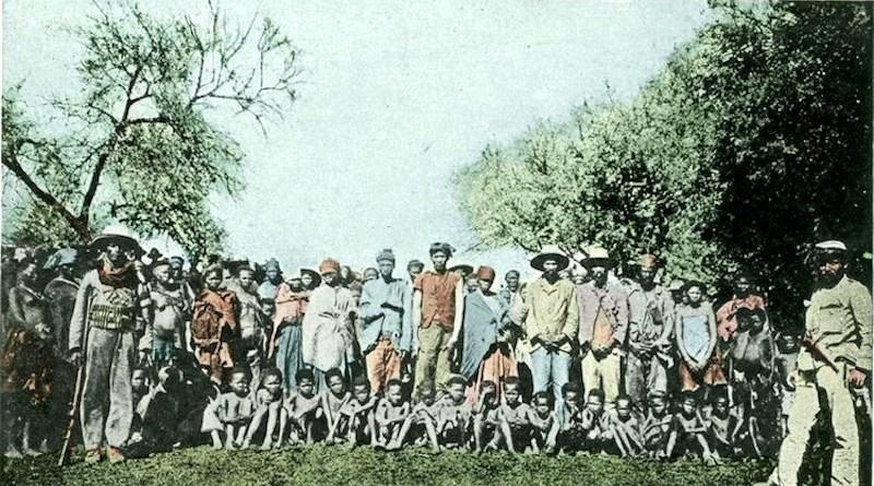Photo: Herero prisoners of war, around 1900. CC BY-SA 3.0 de