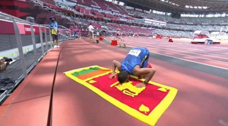 Screenshot of gold medalist Dinesh Priyantha Herath with Sri Lankan flag