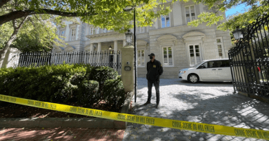 An FBI officer stands outside a house linked to Russian oligarch Oleg Deripaska in Washington on October 19. Photo Credit: VOA