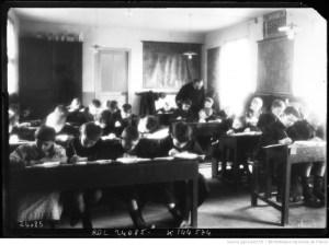 une salle de classe au travail, 1912 / Agence Rol.
