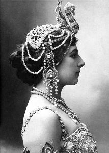 Portrait photographique en noir de Mata Hari de profil