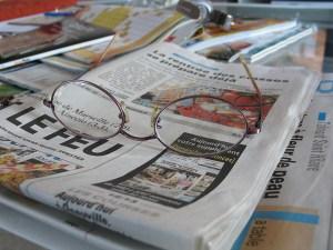 photo en gros plan de journaux et d'une paire de lunettes