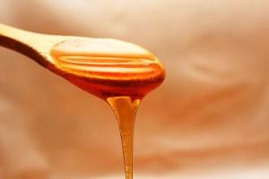 photographie d'une cuillérée de miel liquide