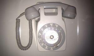 Téléphone gris à cadran des années 70