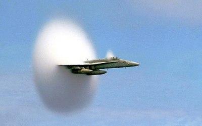 Sachant qu'un pilote qui passe le mur du son «dépasse» son bruit, le pilote peut-il entendre une communication ?