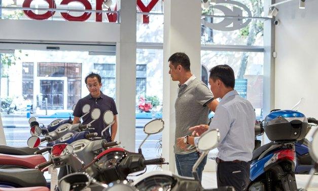 Allen Ko, presidente mundial de KYMCO, visita la tienda principal de Madrid