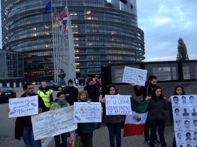 Manifestantes mexicanos afuera del Parlamento Europeo de Estrasburgo. Jueves 23 de octubre, alrededor de las 8:30 de la mañana. Foto: Marco Appel