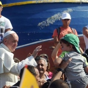 Ferenc pápa misézik a migránsokért
