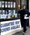 A women walks past an estate agent in London ©Belga/EPA/A. Rain