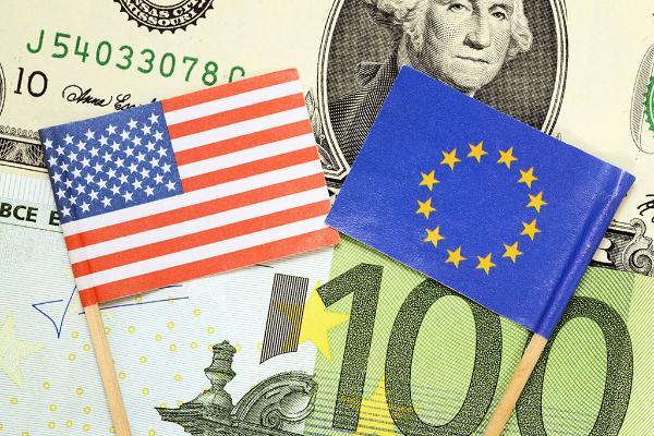 Photo de billets d'euros et de dollars et des drapeaux américain et européen