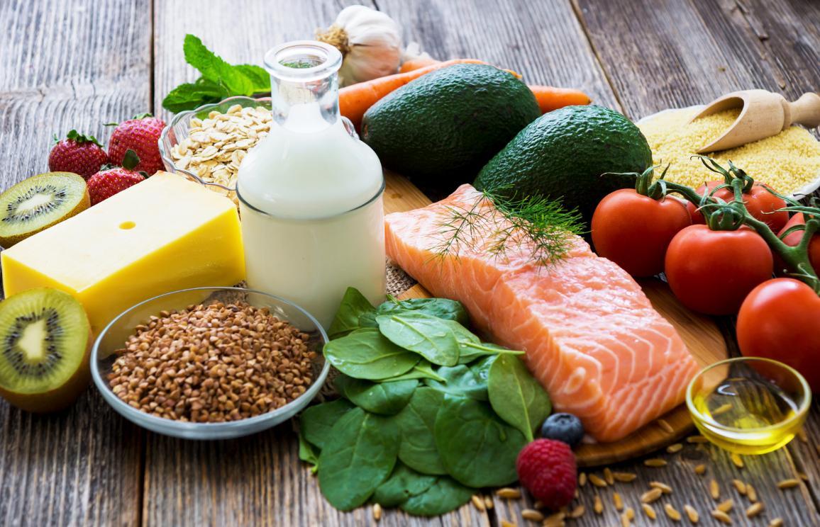 Selectarea alimentelor sănătoase pe fundal rustic din lemn