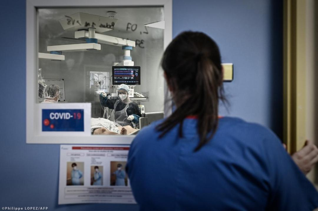 A medical personnel attends a Covid-19 patient at the reanimation section of the Robert Boulin hospital in Libourne, southwestern France, on November 6, 2020 some 45kms north of Bordeaux. ©Philippe LOPEZ/AFP