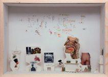 Gianfranco Baruchello, Pas la couleur, mais la NUANCE, 2009 Holz, Glas, verschiedene Materialien; 50 × 70 × 16 cm