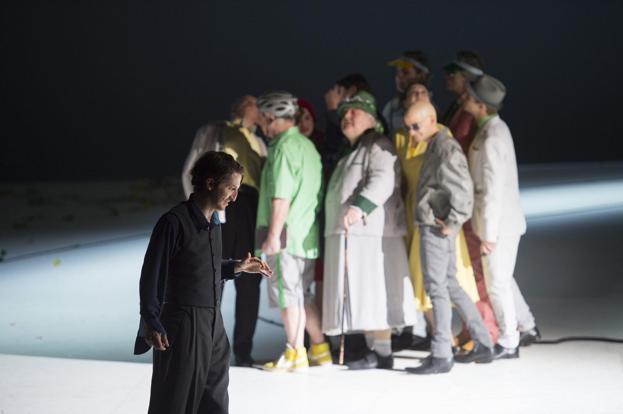"""Christopher Nell (""""Ich""""), Ensemble (Die Unschuldigen) (c) Monika Rittershaus"""