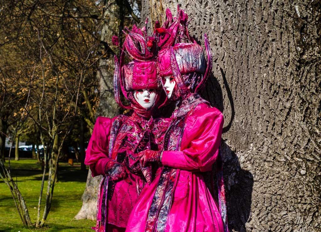 Two pink ladies in the Jardins de l'Europe