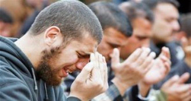 muslimsweepingpraying