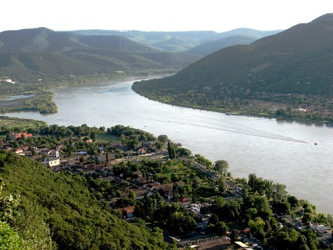 Bend of the Danube at Visegrad - photo by Marinyu Anyu https://flic.kr/p/6GZc2f