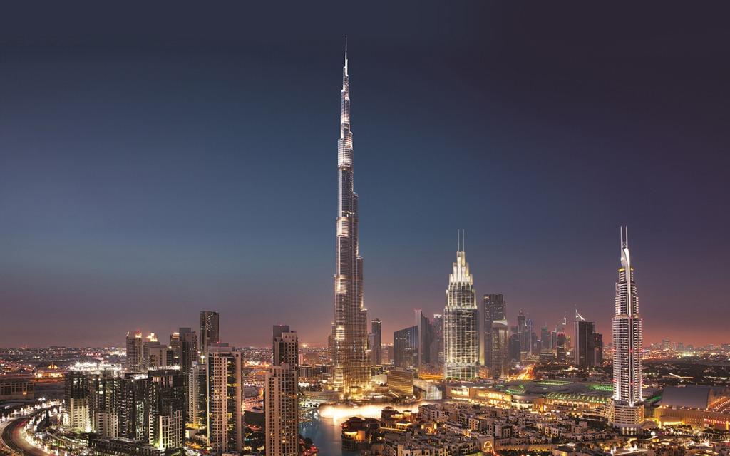 برج خليفة وسط مدينة دبي في الليل