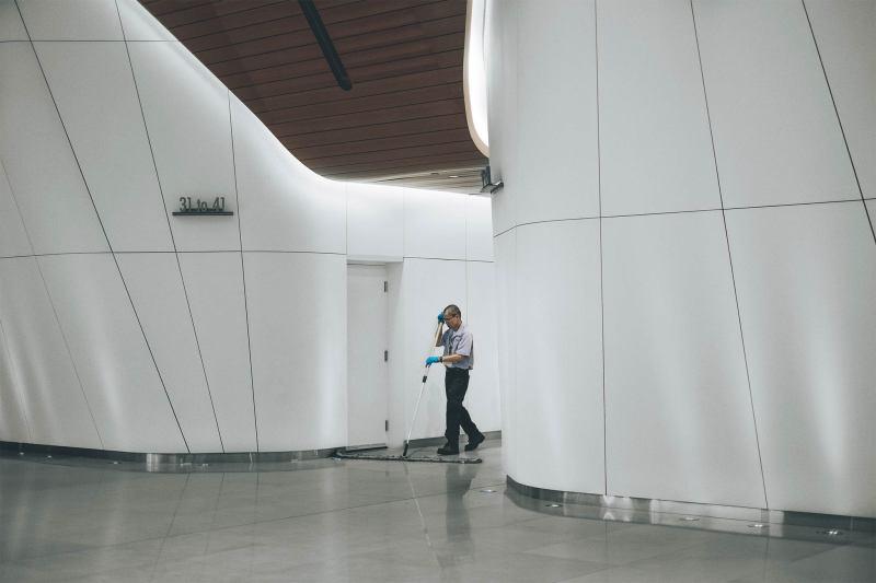 Ein Mann reinigt den Boden eines Gebäudes