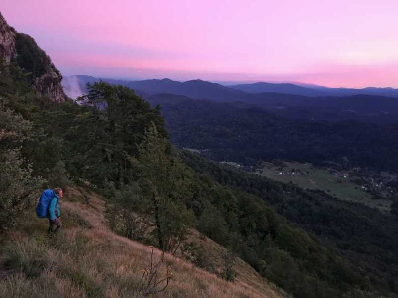 Wandelen in het blauw met roze zonsondergang