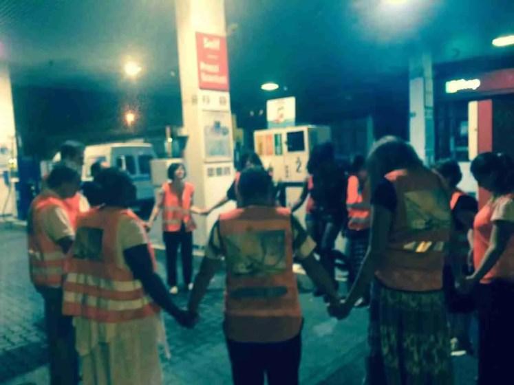 preghiera in strada con le ragazze