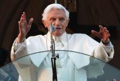 Con  repicar de campanas se anuncia que el Papa Benedicto XVI ha dejado de ejercer el oficialmente ministerio petrino.
