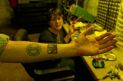 un-hacker-simplante-une-puce-bionique-de-la-taille-dun-smartphone-dans-le-bras6 copie
