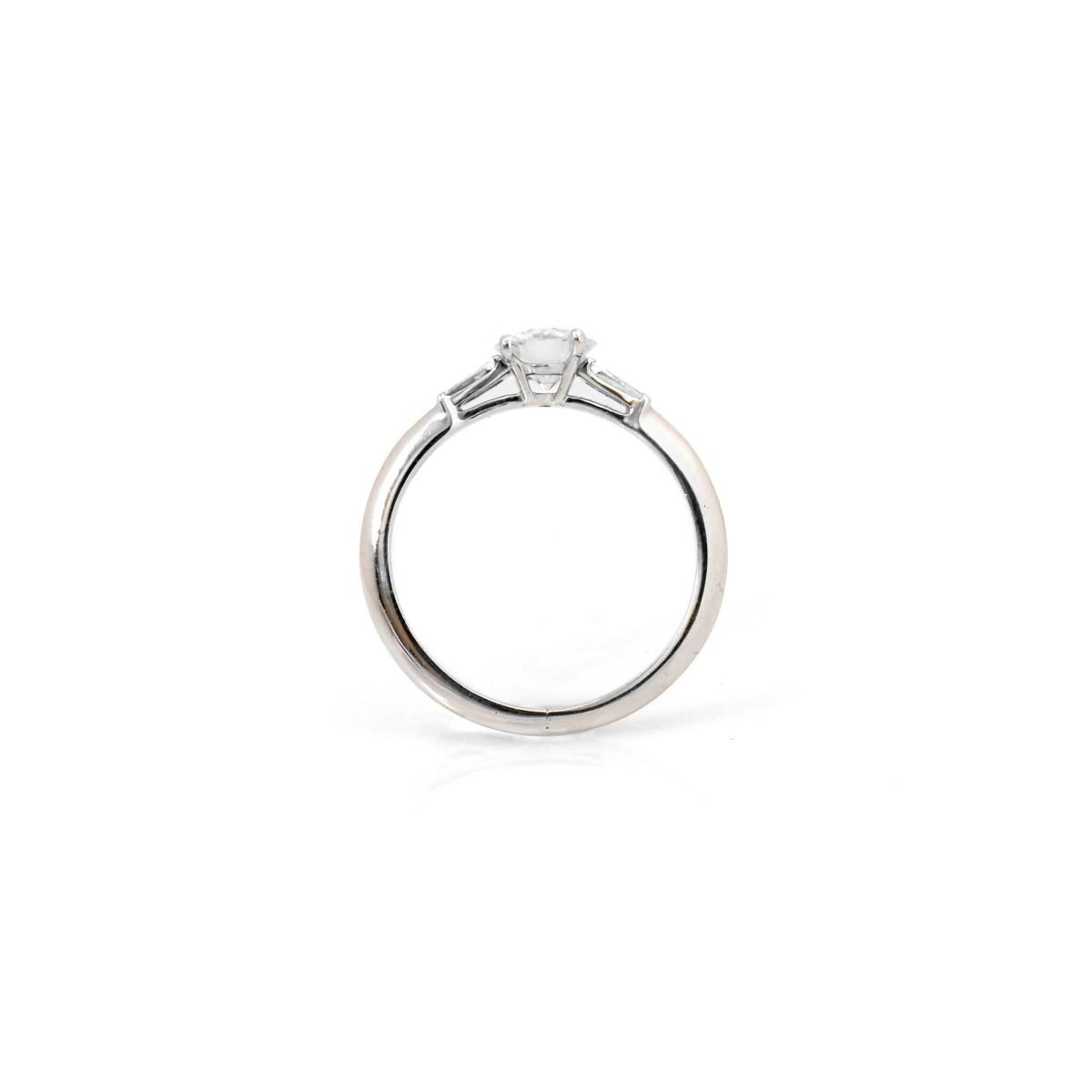 Bague Diamant Solitaire et Tapers   Référence : BA-A275   EVENOR Joaillerie • Bijoux Vintage et Bijoux d'occasion