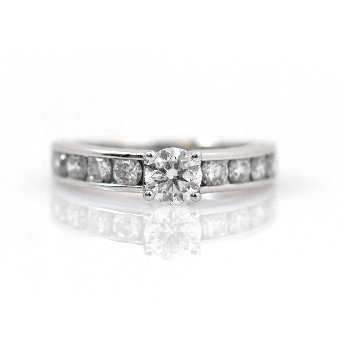 Bague diamants, brillant central 0,40 ct, 8 diamants 0,56 ct, or blanc, taille 46 | Réf.