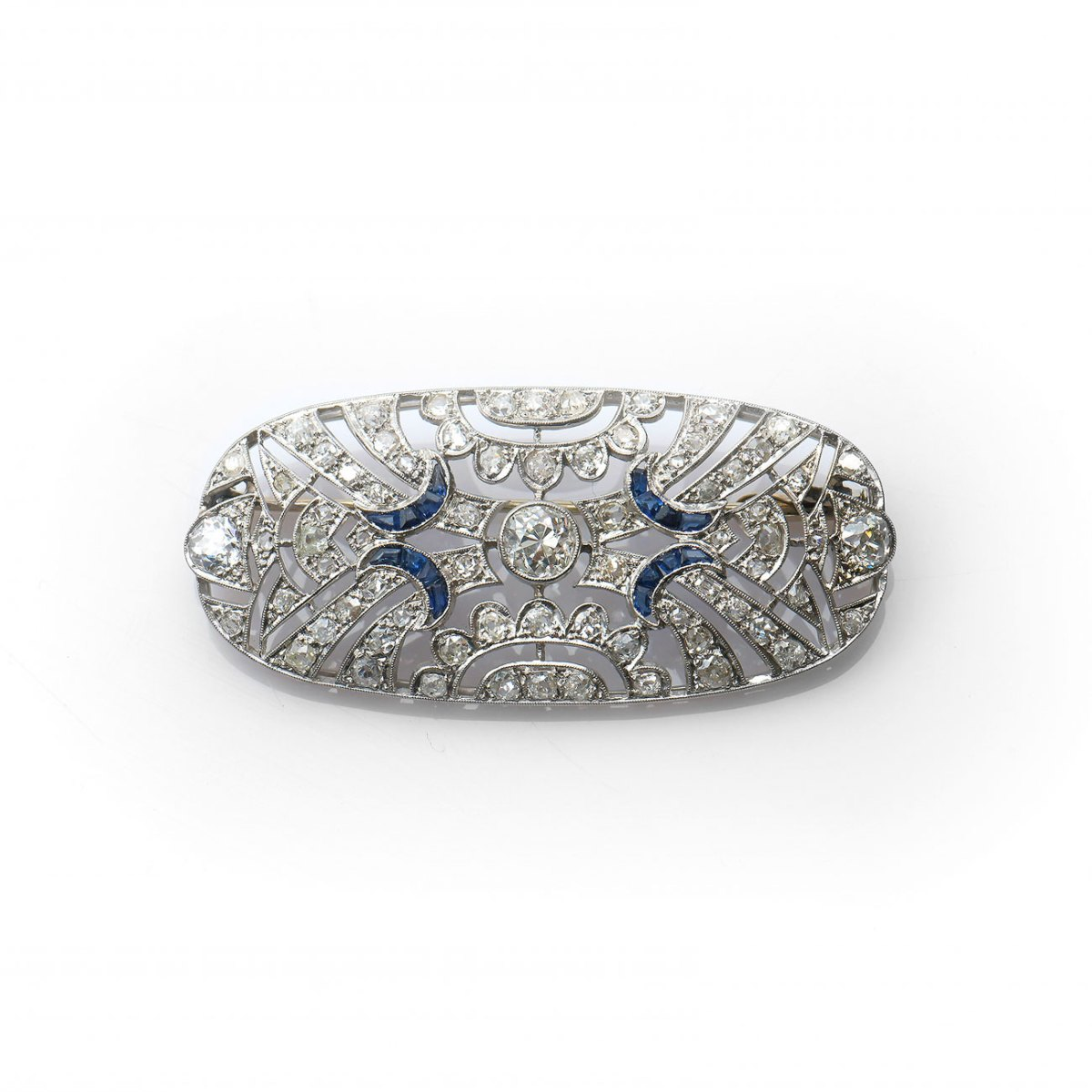 Broche platine diamants et saphirs calibrés, diamants 2,65ct env. saphirs 0,26ct env., platine 950‰ | Réf. EVENOR Joaillerie • Bijoux Vintage