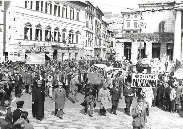 Adunata nazionale alpini del 65 a Genova, sfila anche padre Battaglino
