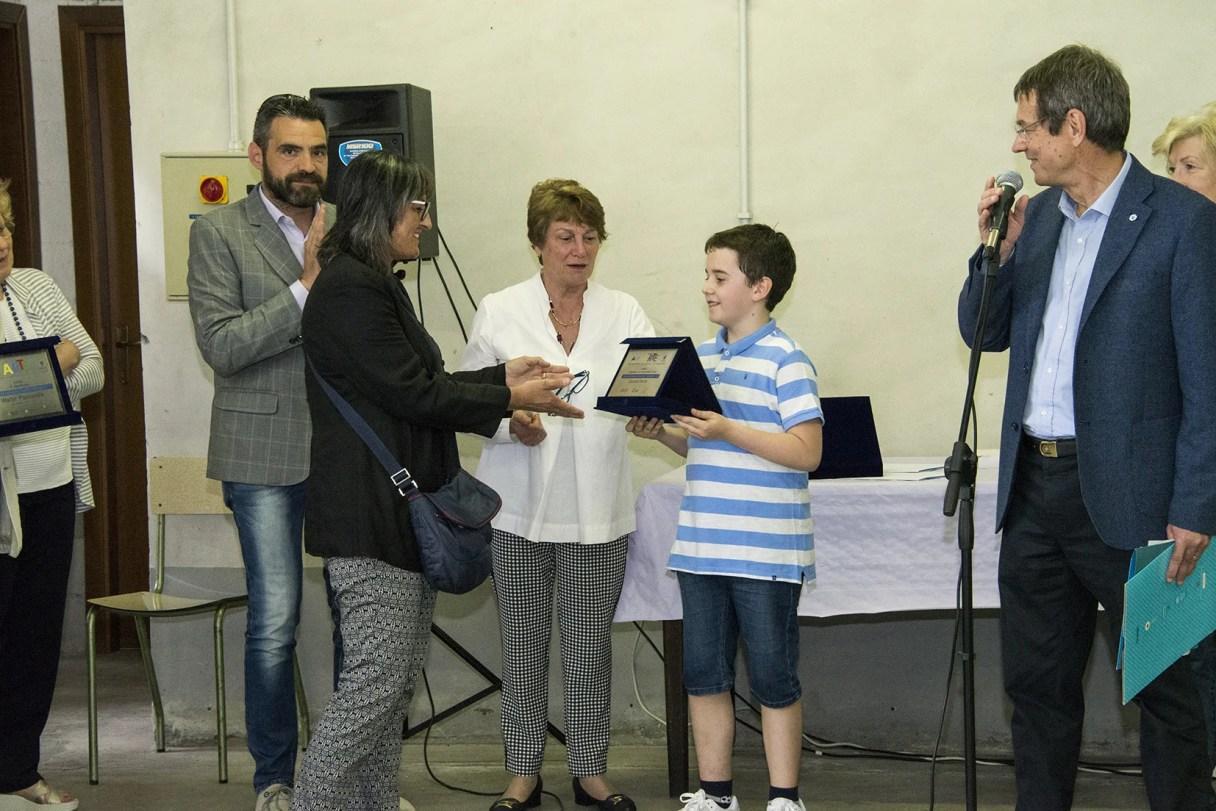 Il giovane Giacomo premia Daniela Dente
