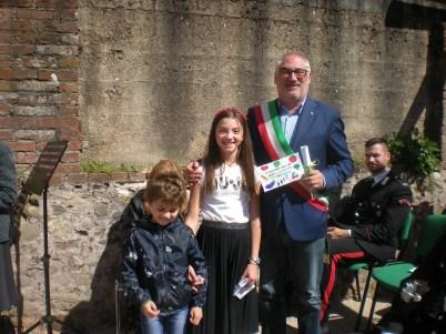 il sindaco con Dante e Elisabetta dopo la consegna dei ringraziamenti della scuola