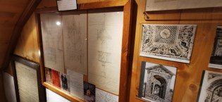 Vecchie fotografie e registri nella Mostra