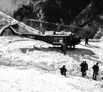 foto storica di Franco Sandri arrivo dei soccorsi a Rimella _1 nel 1973