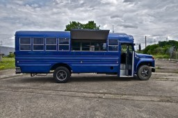 blauer-us-schoolbus-school-bus-us-bus-amibus-event-mobil-messe-messestand-show-catering-essbude-theke-koeln-fotolocation-fotografie-location