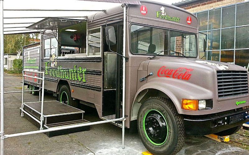 Foodhunter - Foodtruck mit passendem Anhänger mit Stromgenerator und viel Stauraum. American Schulbus Foodbus - Eventmobile Online