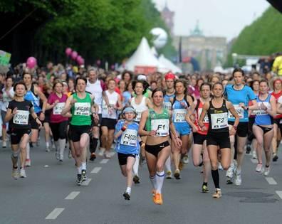 Die Teilnehmerinnen des 27. Berliner Frauenlauf starten am Sonnabend (08.05.2010) vor dem Brandenburger Tor in Berlin. Über 14.000 Läuferinnen hatten sich für die Veranstaltung angemeldet, rund zehn Prozent mehr als vor einem Jahr. Foto: Tim Brakemeier dpa/lbn +++(c) dpa - Bildfunk+++