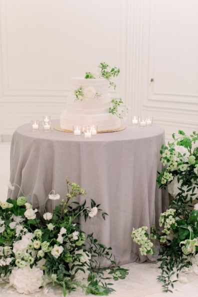 70-Villa-Heleneum-white-room-wedding-cake-Claire-and-Dennis-by-Eventoile