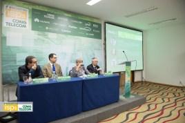 Lia Ribeiro Dias, diretora da Momento Editorial, compondo o primeiro painel com Artur Coimbra, Milton Kashiwakura e Rodrigo Teixeira.