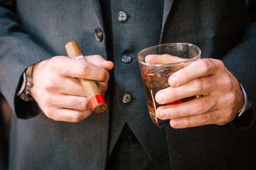 Groom with cigar and whiskey | Events Luxe Weddings