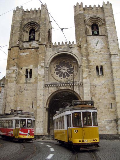 reasons-why-you-should-use-public-transportation-lisbon streetcar