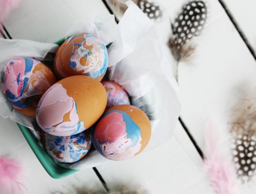 DIY Marbled Easter Eggs using Nail Polish - Try out this fun dip dyed technique . So easy and fast! Find more fun crafts, DIYs and recipes at EverSoBritty.com