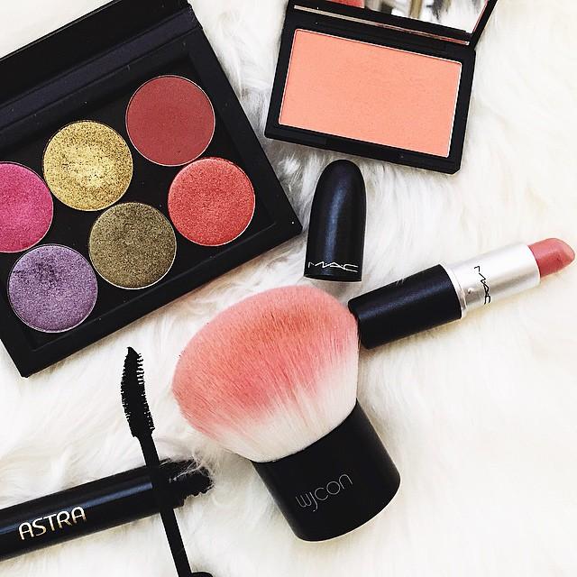 #motd si vede che è arrivato febbraio: colori colori colori con @sleekmakeup @nablacosmetics e il mio nude preferito, Kinda Sexy di @maccosmetics