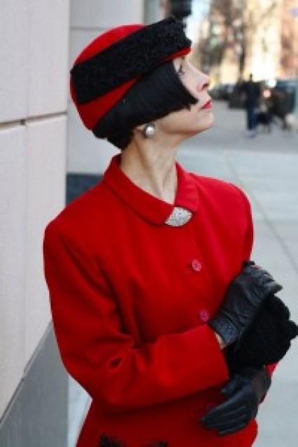 signora vestita in rosso Bon Chic Bon Genre