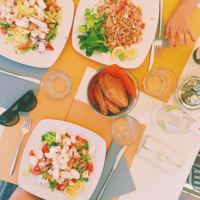 Buon appetito! Oggi sono al mare insieme alle mie donne (mamma e sorellina) ☀️ voi cosa state facendo di bello? Mille bacioni di buona giornata  #lunchattheseaside #saladlover