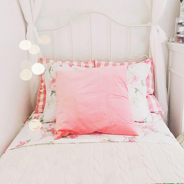 Pretty in pink avete visto il post di ieri sul blog? Se vi va trovate il link nella mia bio  oggi pomeriggio vi aspetto con un nuovo post! Questa mattinata è stata tutta dedicata alla mia sorellina e alle faccende di casa voi cosa avete fatto di bello? #prettyinpink #lateinthemorning #Ikea #pillow #vichy #homefashion #homeinspiration #bedroom