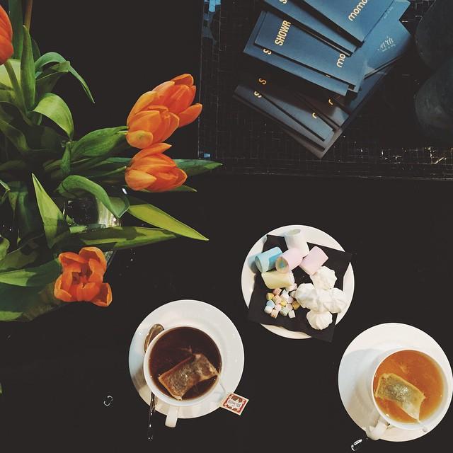 Tea time con la mia @micolbonacina da #momoni #attikandbarn #guitarpressoffice