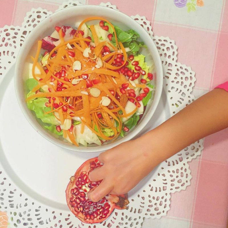 Rethink about your salad with a crunchy #pomegranate and some #almond #falldishes #fallstyle #saladporn #saladbowl #healthychoices #carrotsticks